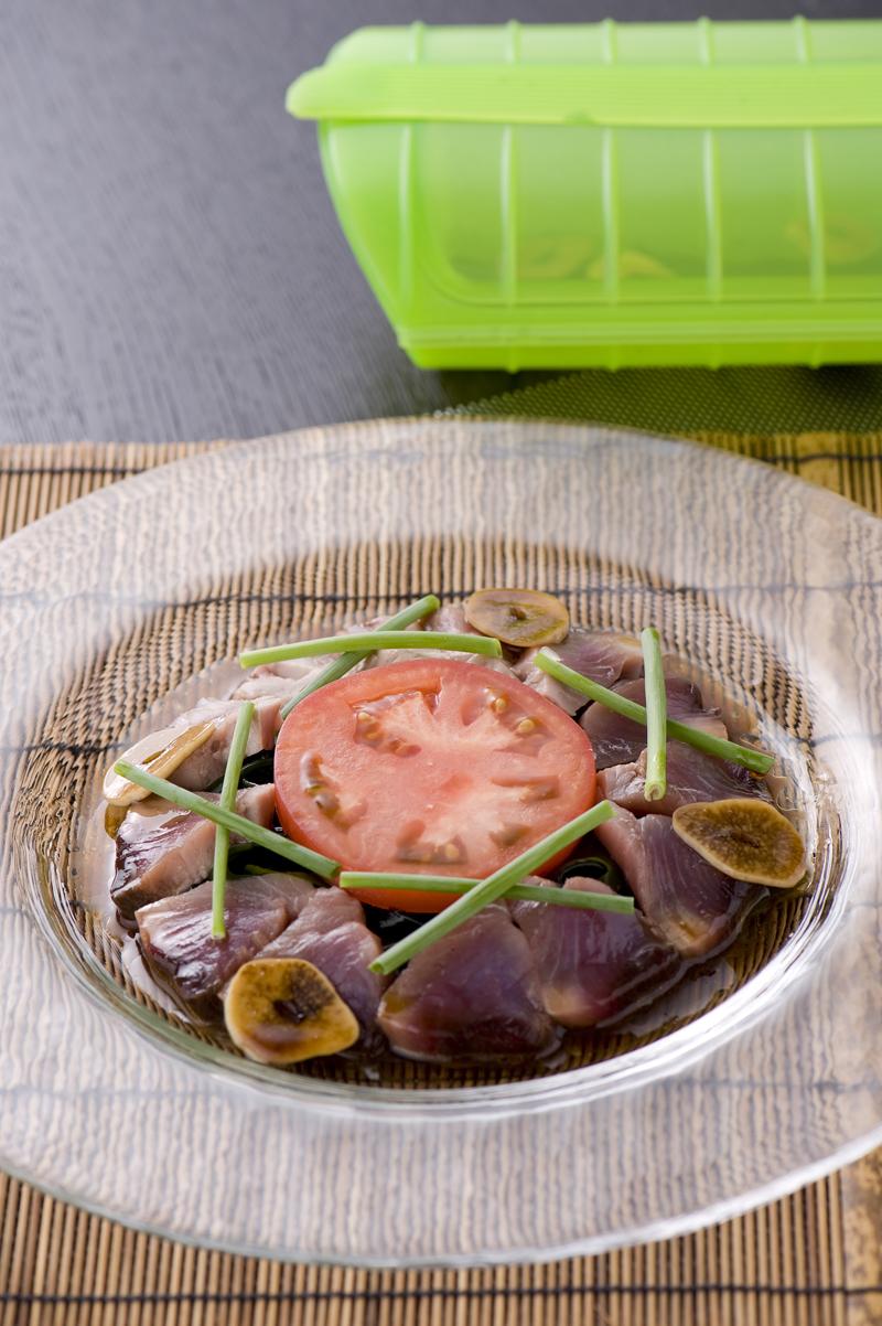 カツオの半生 スチームカルパッチョ ガーリック風味の醤油ソース